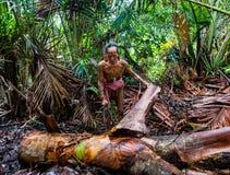 La tribù di Mentawai dell'uomo sta andando nella giungla Fotografie Stock