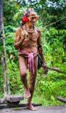 La tribù di Mentawai dell'uomo sta andando nella giungla Immagini Stock Libere da Diritti