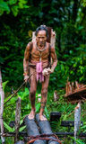 La tribù di Mentawai dell'uomo sta andando nella giungla Immagine Stock