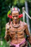 La tribù di Mentawai dell'uomo sta andando nella giungla Immagini Stock