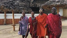 La tribù masai balla il ballo nazionale al tramonto ed ha dato l'addio al sole 4K video d archivio