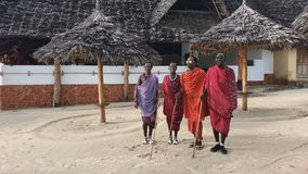 La tribù masai balla il ballo nazionale al tramonto ed ha dato l'addio al sole MP stock footage