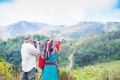 La tribu local de la colina en vestido colorido del traje goza foto de archivo