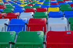 La tribuna multicolore smazza alla gara motociclistica su pista Daytona 500 Fotografie Stock
