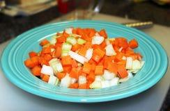 La trinidad santa de cocinar - zanahorias tajadas, cebollas tajadas y cebolla tajada Imagen de archivo libre de regalías