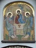 La trinità dell'antico testamento dell'icona del portone del mosaico ha progettato dalla E Klimov e fatto nel 1942 in Germania Fotografie Stock