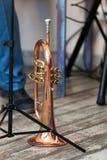La trompette de cru se tient sur une ?tape photo stock