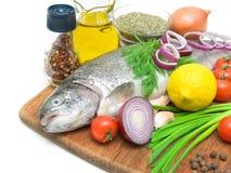 La trota, le verdure, il limone e le spezie freschi si chiudono su Fotografia Stock