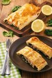 La truite saumonée et les épinards ont fait cuire au four en pâte feuilletée images stock