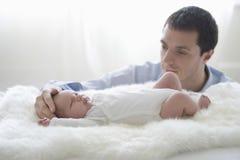 La tête de Caressing Newborn Baby de père Photo libre de droits