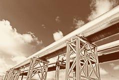 La tubería de acero se fotografía en fondo del cielo Imagenes de archivo