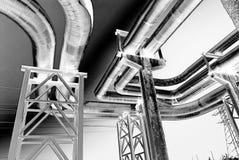 La tubería de acero se fotografía en fondo del cielo Foto de archivo
