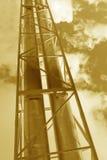 La tubería de acero se fotografía en fondo del cielo Imagen de archivo libre de regalías