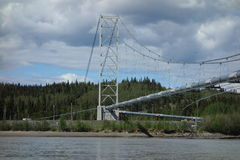 La tubería de Alaska que cruza un río imagen de archivo