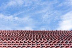 La tuile de toit avec le ciel Image stock