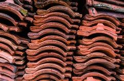 La tuile de toit d'argile rouge a mis dans la pile après vieux renovatio d'appartement Photographie stock libre de droits