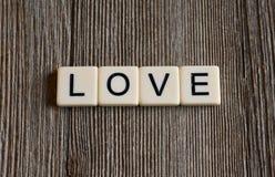 La tuile marque avec des lettres orthographier le ` d'amour de ` de mot Photo libre de droits