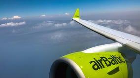 La turbina de los aviones del bombardero CS300 de AirBaltic está volando sobre la isla de Rodas Fotos de archivo