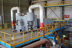 La turbine à vapeur tourne le générateur dans le hall de turbine image libre de droits
