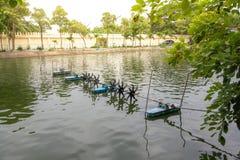 La turbine dans un étang fonctionnant l'oxygénation mécanique dans l'eau photographie stock libre de droits