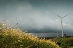 La turbine large de champ et de vent pour électrique et la pluie tombe Photo libre de droits