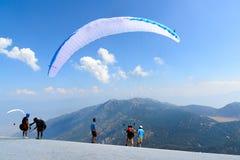 La Turchia, Oludeniz, montagna di Babadag, il 30 luglio 2018, voli di parapendio immagine stock libera da diritti