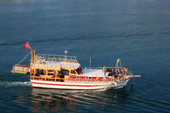 LA TURQUIE, ALANYA - 10 NOVEMBRE 2013 : Touristes de vacances sur un petit bateau de croisière en mer Méditerranée Photo stock