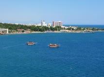 La Turquie. Bateaux de touristes dans la baie Image stock