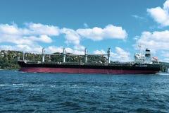 La Turquie, Istanbul, la Manche de Bosphorus, pont de Bosphorus, un cargo sous le pont Porte, nautique images stock