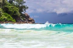 La turquoise, azur ondule sur la plage avant la tempête Image stock