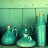 La turquoise a glacé les pichets en céramique, Crète, Grèce photographie stock