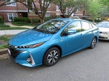 La turquoise toute neuve Toyota Prius branchent l'automobile hybride photographie stock libre de droits