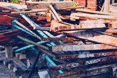 La tuyauterie et les tuyaux d'acier sont beaucoup de rouille photo libre de droits