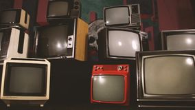 La TV retra da vuelta en la pantalla verde en el medio de muchas TV Estética de los años 80 almacen de video