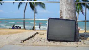 La TV se tient sur la plage Support de télévision sur la plage de la mer banque de vidéos