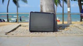 La TV se tient sur la plage Support de t?l?vision sur la plage de la mer banque de vidéos