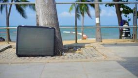 La TV se tient sur la plage Support de t?l?vision sur la plage de la mer clips vidéos