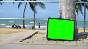 La TV se tient sur la plage T?l?vision avec l'?cran vert Vous pouvez remplacer l'?cran vert par la longueur ou vous d?crire pour  clips vidéos