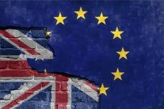 La UE azul de la unión europea de Brexit señala por medio de una bandera en la pared quebrada y la media bandera de Gran Bretaña imagen de archivo