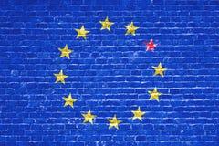 La UE azul de la unión europea de Brexit señala por medio de una bandera en la pared de ladrillo y una estrella con la bandera de Imagen de archivo libre de regalías