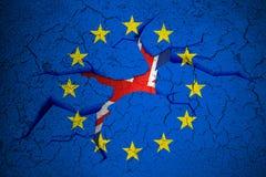 La UE azul de la unión europea de Brexit señala por medio de una bandera en la pared quebrada de la grieta con el agujero y la ba Foto de archivo