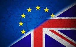 La UE azul de la unión europea de Brexit señala por medio de una bandera en la pared rota grunge y la media bandera de Gran Breta Foto de archivo