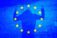 La UE del Grunge señala por medio de una bandera con la persona del refugiado Imagenes de archivo