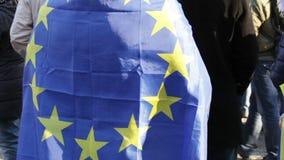 La UE señala por medio de una bandera almacen de video
