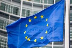 La UE señala por medio de una bandera cerca para arriba delante de Berlaymont Fotos de archivo libres de regalías
