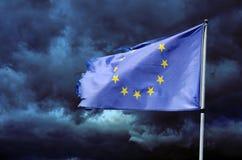 La UE señala por medio de una bandera en el cielo tempestuoso Fotografía de archivo libre de regalías