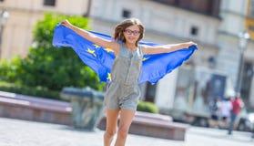 La UE señala por medio de una bandera Muchacha feliz linda con la bandera de la unión europea Yo Foto de archivo