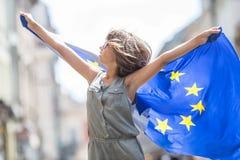 La UE señala por medio de una bandera Muchacha feliz linda con la bandera de la unión europea Yo Fotografía de archivo libre de regalías