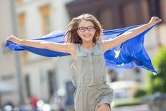 La UE señala por medio de una bandera Muchacha feliz linda con la bandera de la unión europea Yo Fotos de archivo libres de regalías