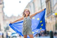 La UE señala por medio de una bandera Muchacha feliz linda con la bandera de la unión europea Yo Imagen de archivo